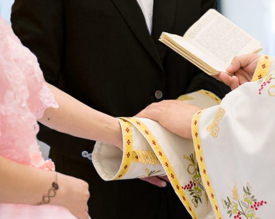 Stola-Umschlag des Priesters um die geschlossenen Hände des Brautpaares